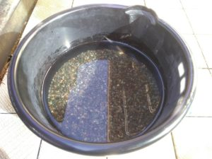 大磯砂を洗う