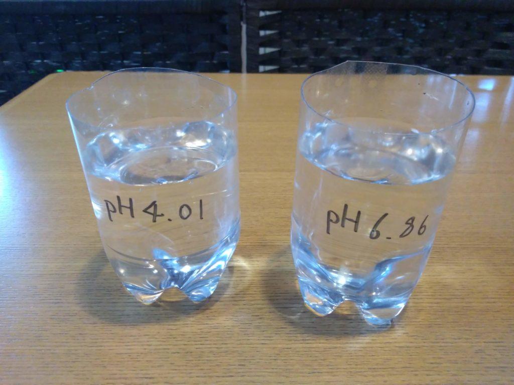 容器に精製水を入れる